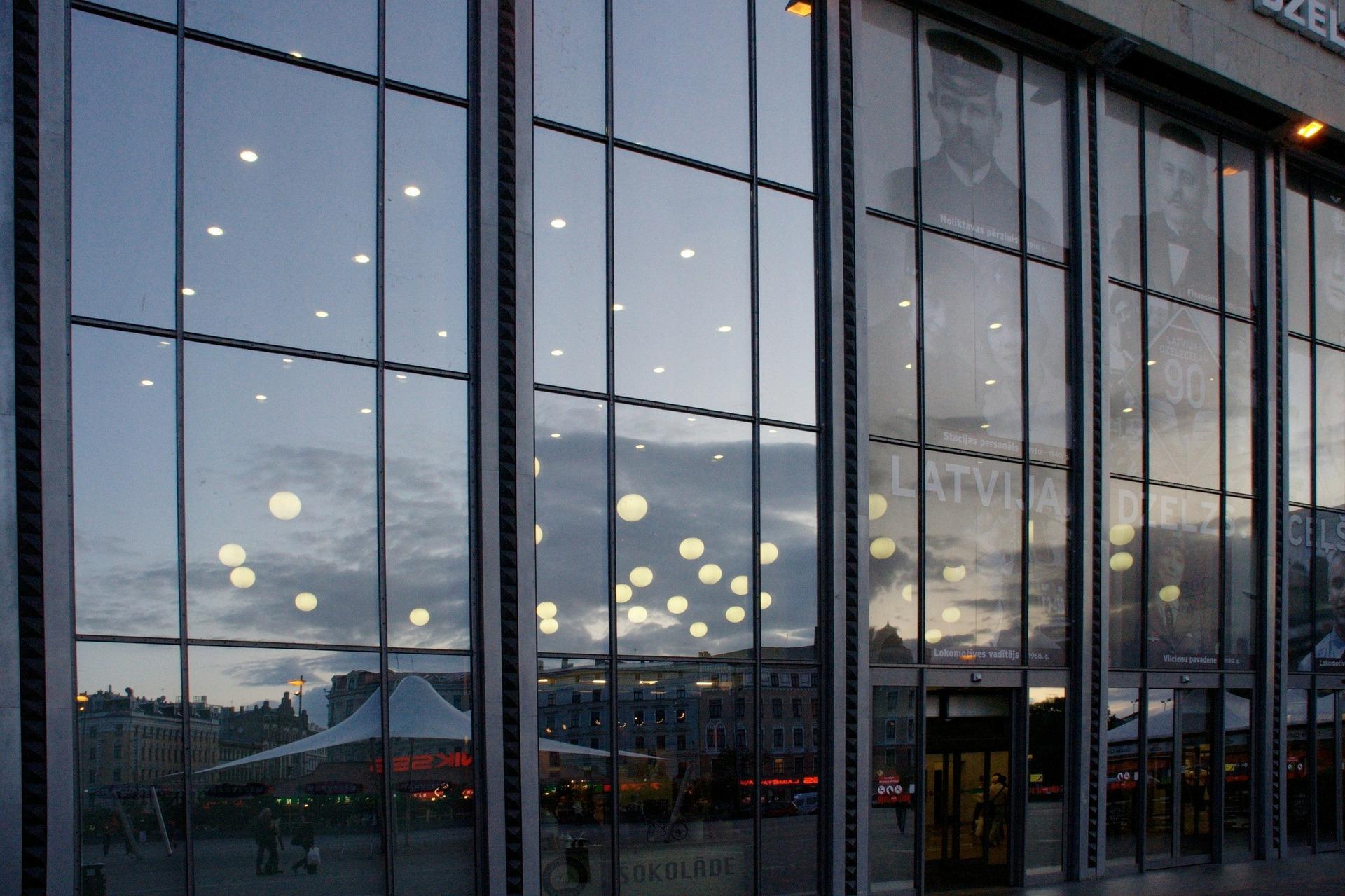 夕暮れを映した窓